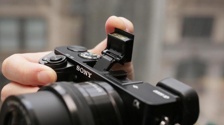 Sony NEX-6, NEX-7, A6000 – трик за снимане на закрито с вградената светкавица